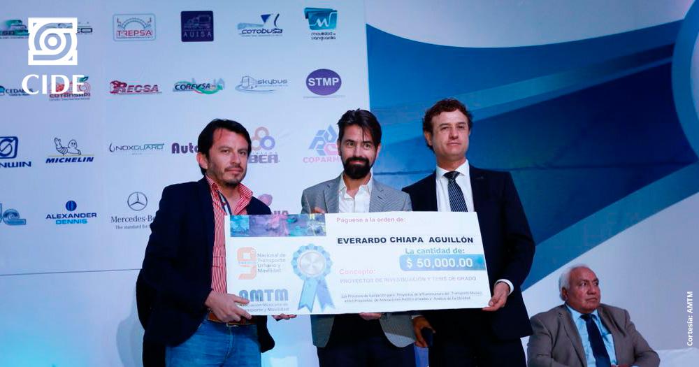 Entregan Premio Nacional de Transporte Urbano y Movilidad a estudiante del Doctorado en Políticas Públicas