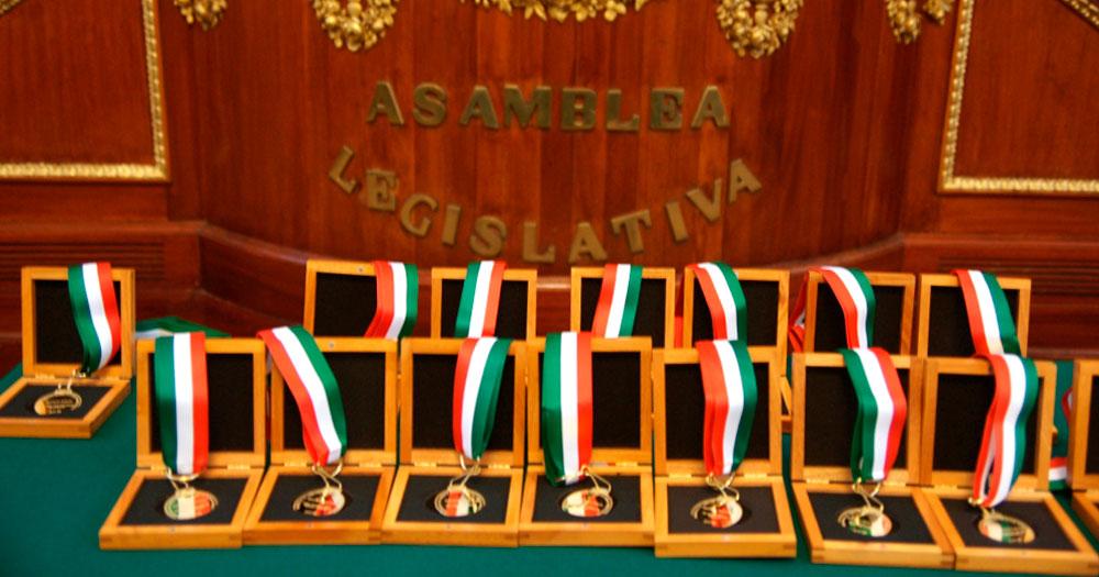 Condecoran con Medalla Jaime Torres Bodet a Dr. Luis Medina Peña