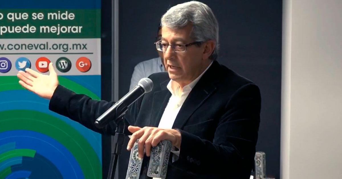 Mauricio Merino es reconocido por el CONEVAL