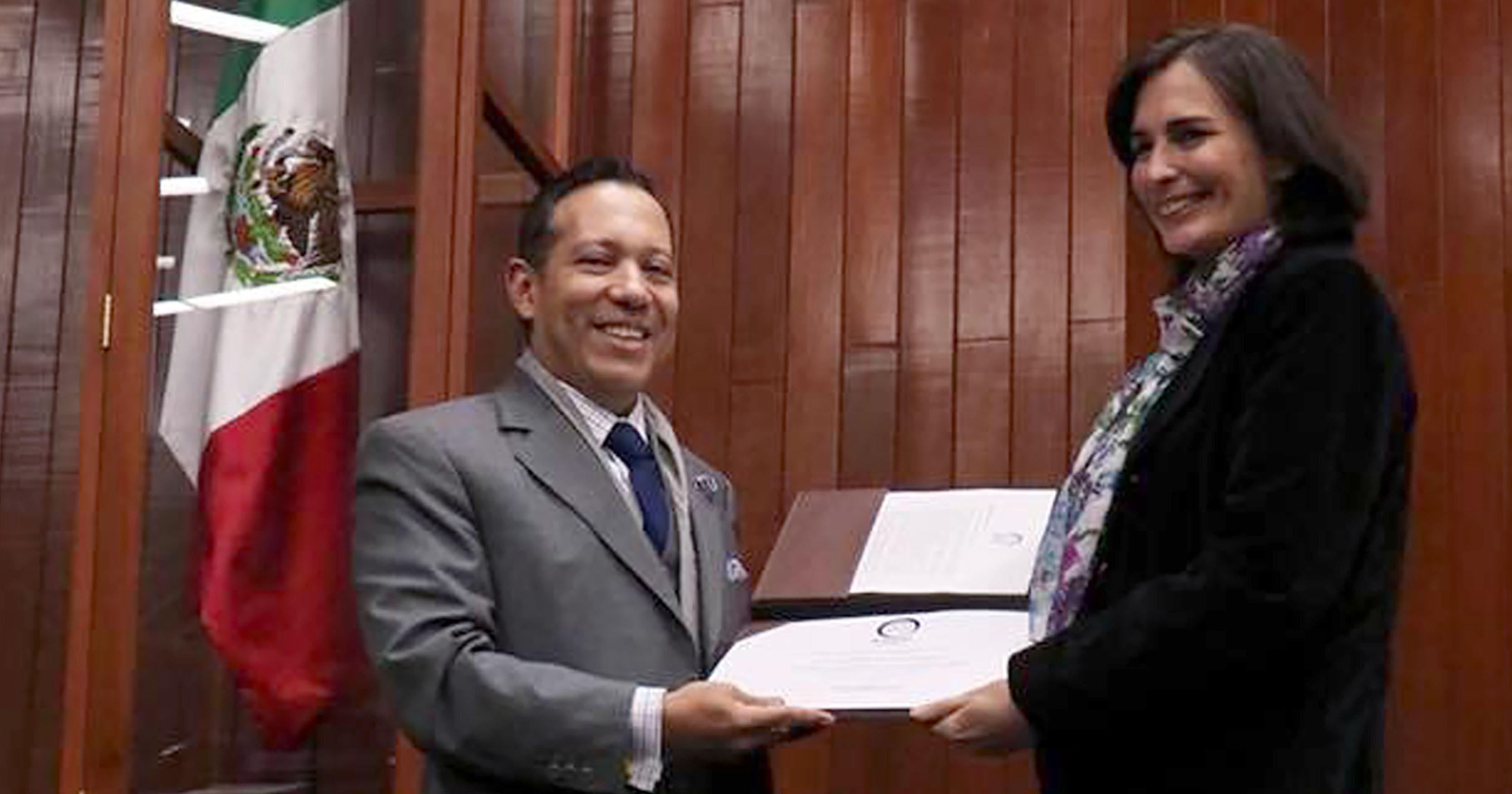 Mercedes Albornoz se convierte en Miembro Numerario de la AMEDIP